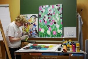 Karin beim Vorbereiten eines Malgrundes, Foto (c) Cordula Kerlikowski